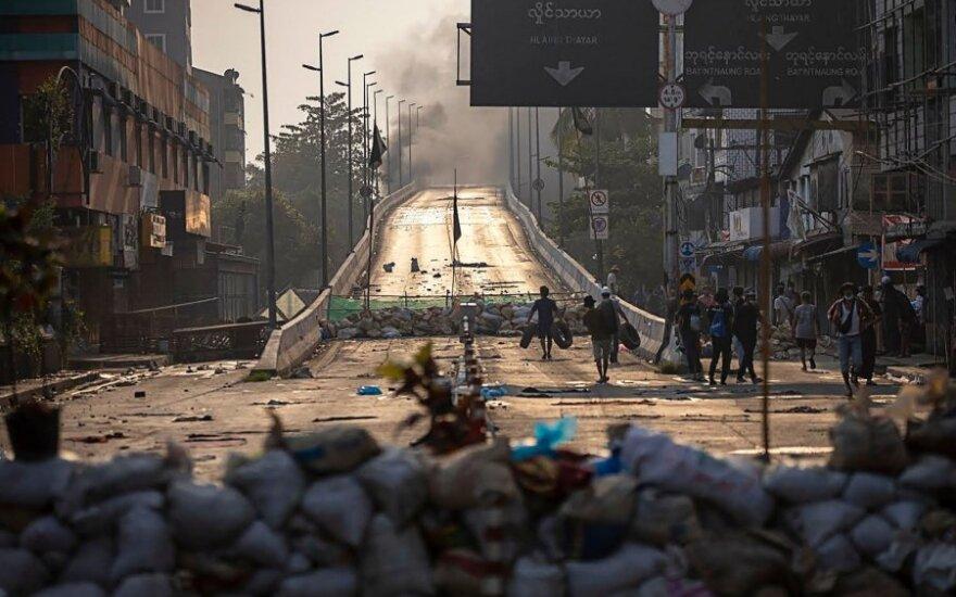 Mianmare per pirmadienio protestus žuvo mažiausiai 20 žmonių