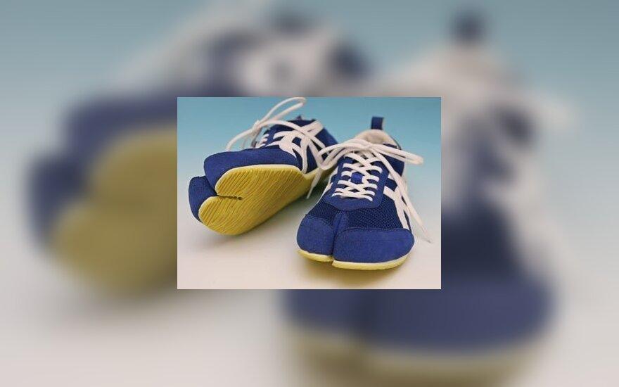 """Dvipirščių sportinių batelių pavyzdys, kuriuos pristatė japonų sportinių batelių gamintoja firma """"Asics""""."""