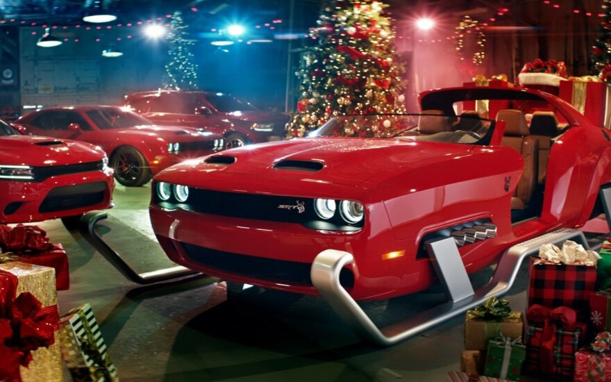 """""""Dodge Challenger"""" pavertė galingiausiomis Kalėdų Senelio rogėmis"""