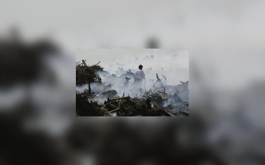 Indas vaikšto tarp griuvėsių