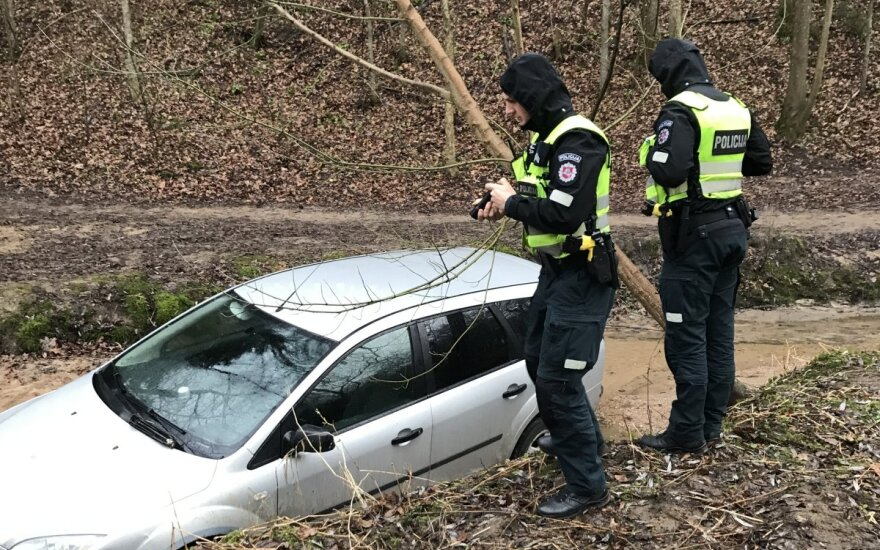 Upelyje rasto pavežėjo automobilio detektyvas: savininkas paskolino broliui, tas išnuomojo užsieniečiui