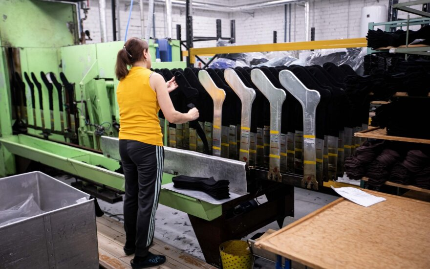 Drabužių gamintojai Lietuvoje – įtampoje: kol dalis verčiasi per galvą, kiti – plečiasi ir didina algas