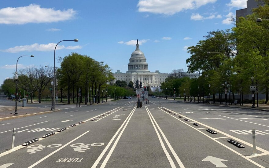 Koronaviruso krizė JAV gali dar labiau paaštrėti: Baltieji rūmai tokias prognozes neigia