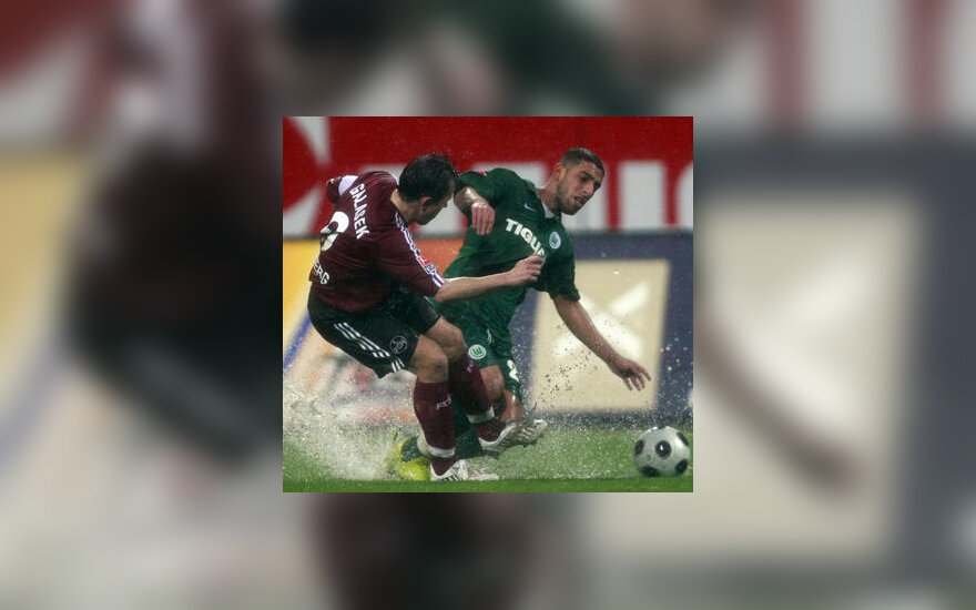 "Tomas Galasekas (""Nuernberg"") balose kovoja su Ashkan Dejagah (""VfL Wolfsburg"")"