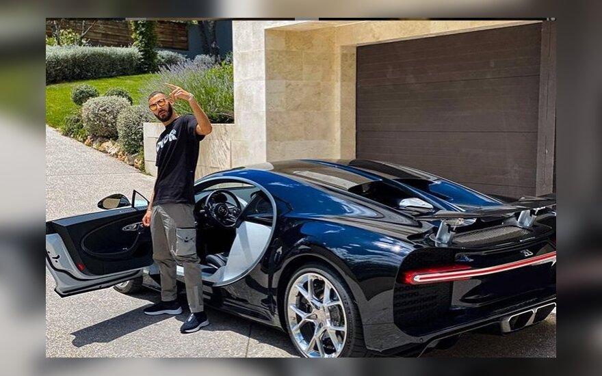 Karimas Benzema prie automobilio