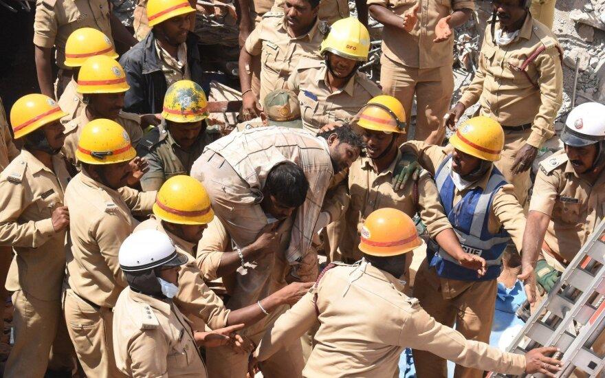 Indijoje išgelbėti tris dienas po sugriuvusio pastato nuolaužomis išbuvę trys žmonės