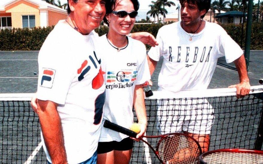 Javieras Sanchezas Vicario (dešinėje) su Martina Hingis ir Manuelis Santana