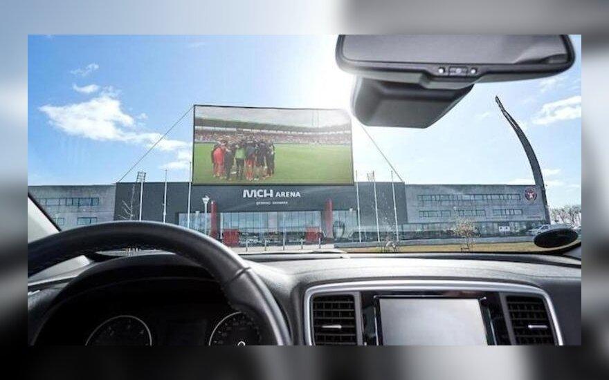 Futbolo stebėjimas automobilyje