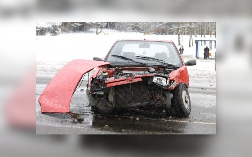 """Iš kiemo į gatvę išvažiavęs """"Peugeot"""" sudaužytas taip, kad tapo neremontuotinas"""