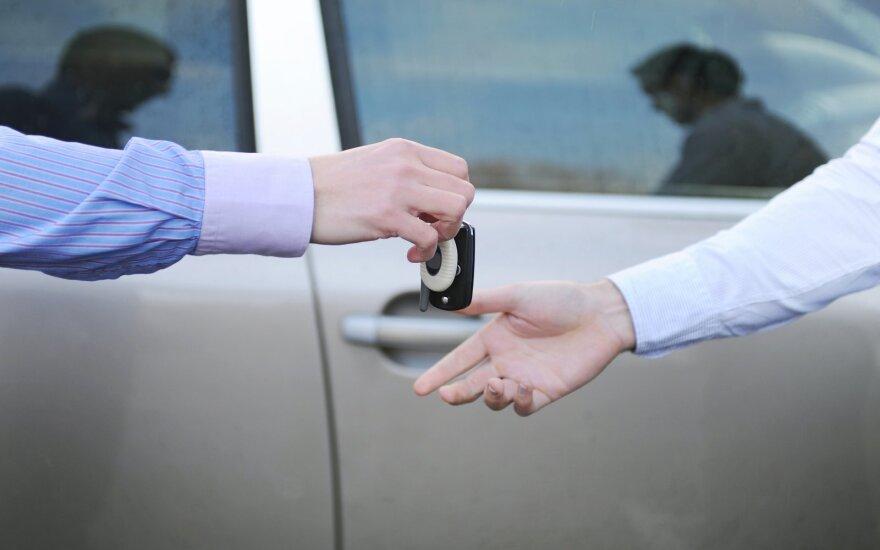 Paaiškino, ko vairuotojai neįvertina pirkdami naują ar naudotą automobilį