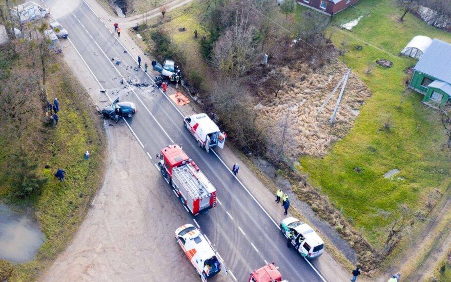 Kauno rajone įvyko automobilių kaktomuša: ugniagesiai vadavo prispaustus žmones