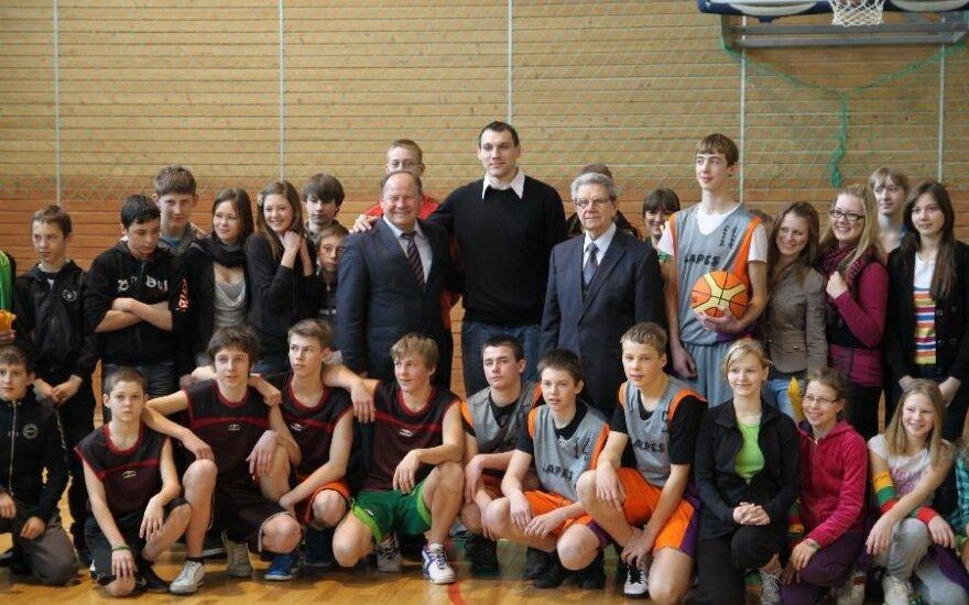 Krepšinio diena Lapių mokykloje su V.Garastu ir J.Mačiuliu
