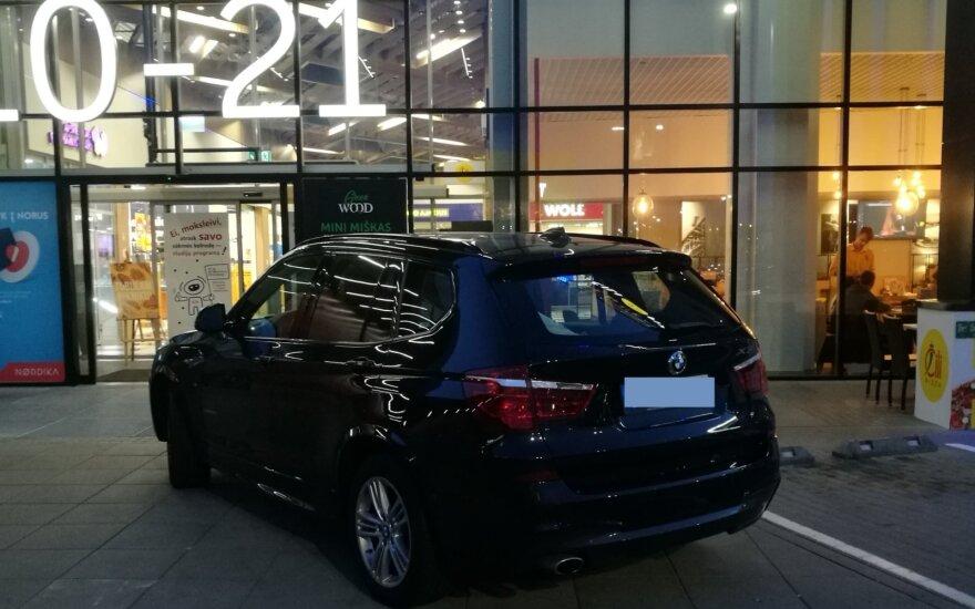 Netinkamoje vietoje pastatyto BMW vairuotojos atkirtis pribloškė