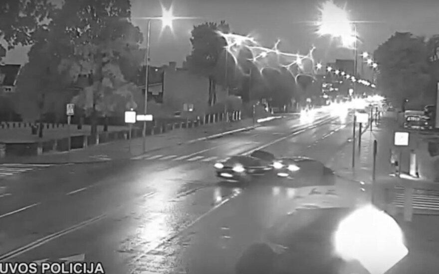 Nufilmuota, kaip Tauragėje jaunas vyras sukėlė avariją ir sužalojo pėsčiąją