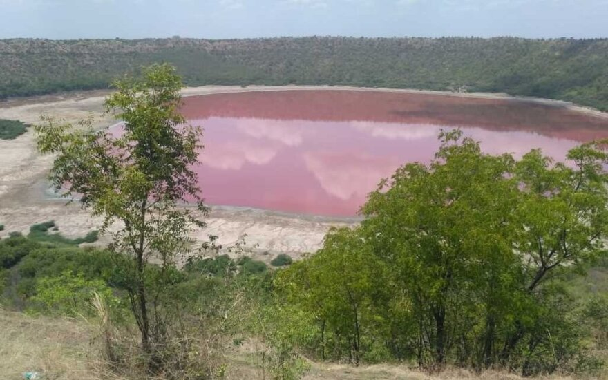 Rožine spalva nusidažęs ežeras