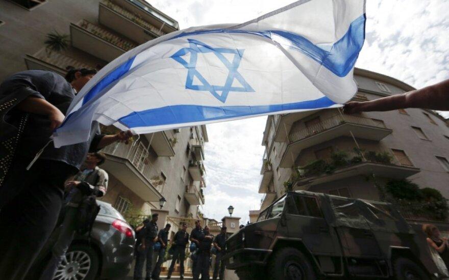 Izraelio diplomatijos vadovas bando užglaistyti ginčą su Lenkija dėl antisemitizmo