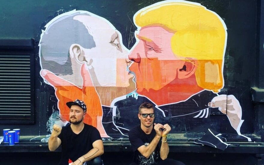 Pagarsėjusios užkandinės humoras: karštas V. Putino ir D. Trumpo bučinys