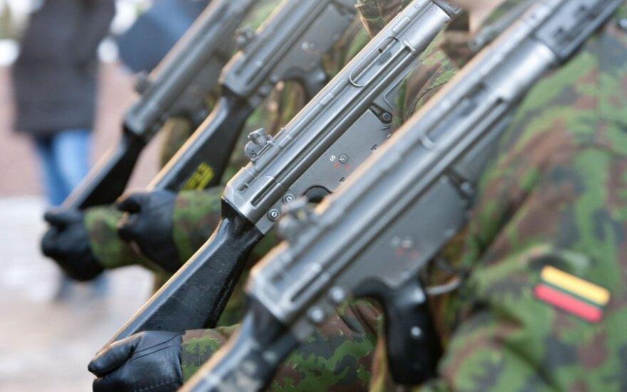 Opozicija prašo D. Grybauskaitę vetuoti įstatymą, neleisiantį kariams dirbti papildomai
