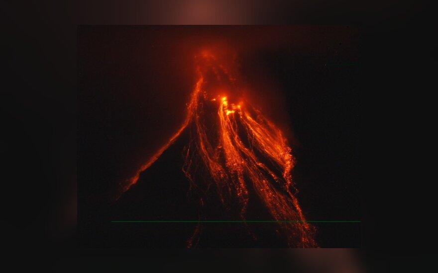 Filipinuose išsiveržė Mayono ugnikalnis.