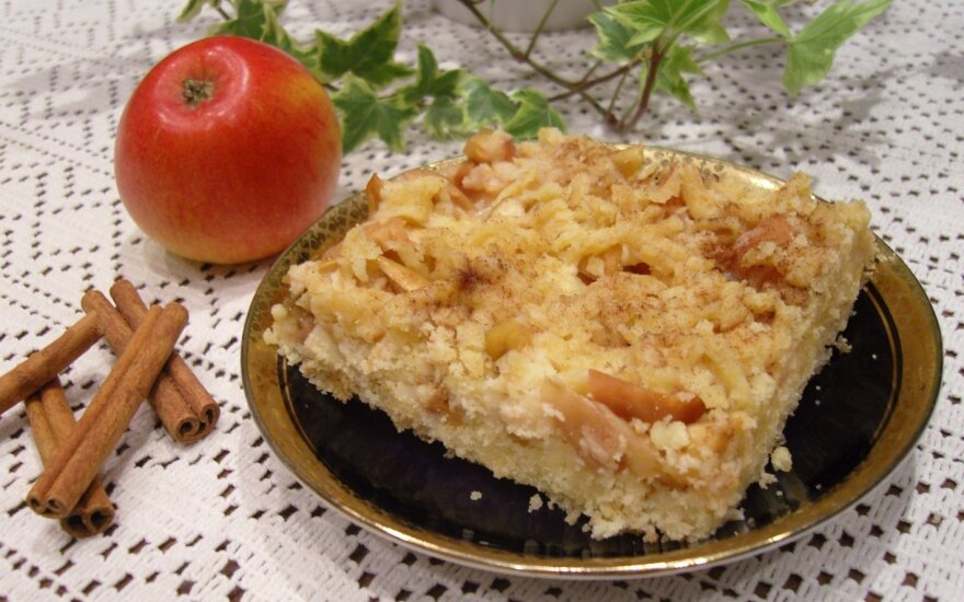 Tirpsta burnoje: smėlinis obuolių pyragas