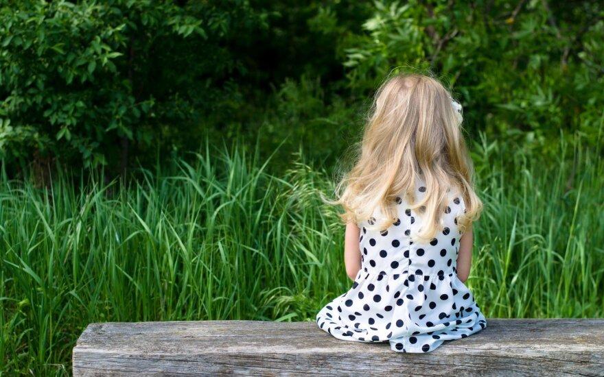Pakruojo rajone moteris galimai sumušė du prižiūrimus mažamečius vaikus