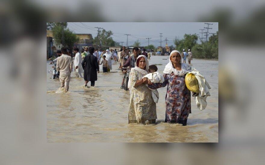 Pakistane žmonės traukiasi iš liūčių nusiaubtų regionų