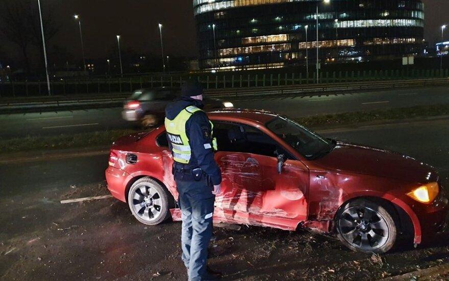 Jaunuolis su BMW Vilniuje vieną stulpą nuvertė, o antro neįveikė