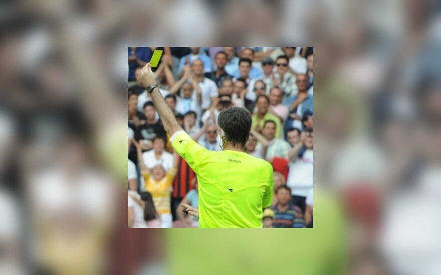 Futbolo teisėjas rodo geltoną kortelę