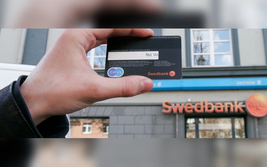 """""""Swedbank"""" didina įkainius už operacijas grynaisiais"""