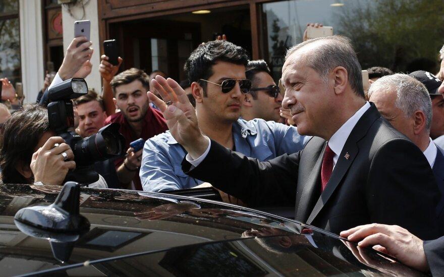 Turkija perversmo metinių išvakarėse atleido dar per 7 tūkst. policininkų, karių ir pareigūnų
