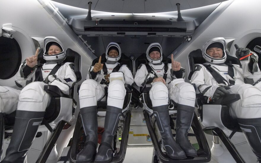 """""""SpaceX Crew Dragon"""" kapsulė su keturiais astronautais grįžo į Žemę"""