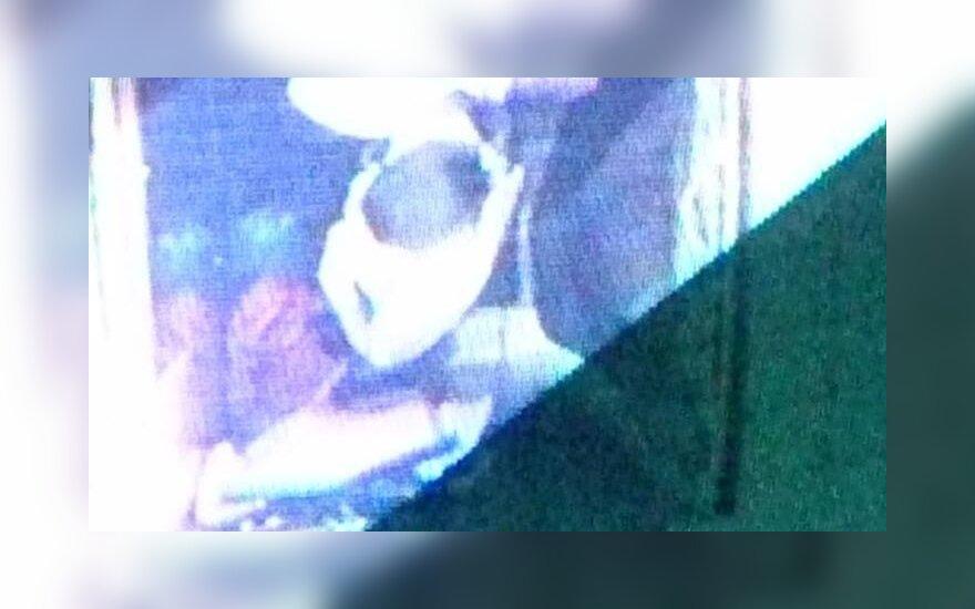 Persirengimo kabinoje - pirkėjus stebinčios kameros