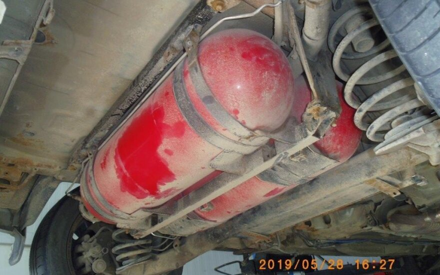 Baltarusis kontrabandą į Lietuvą vežė automobilio dujų balionuose