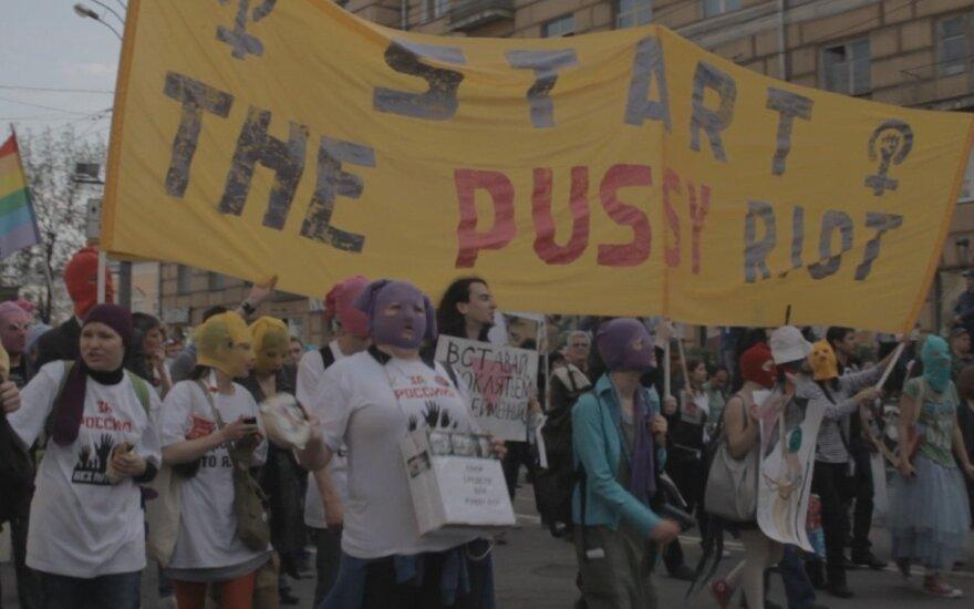 """Kadras iš filmo """"Pussy Riot: pasirodymas ir bausmė"""""""