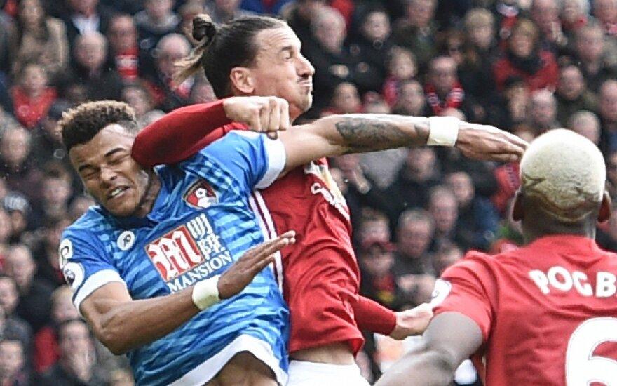 Zlatanas Ibrahimovičius smogia alkūne Tyrone'ui Mingsui