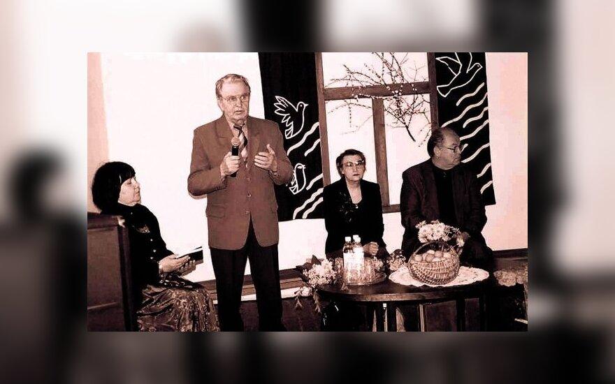 Susitikime su poetės Onės Baliukonės gimtojo Kančėnų (Alytaus r.) kaimo bendruomene: Irena Gansiniauskaitė, Justinas Marcinkevičius, Onė Baliukonė, Algimantas Zurba. 2003 m. (V.Braziūno nuotr.)