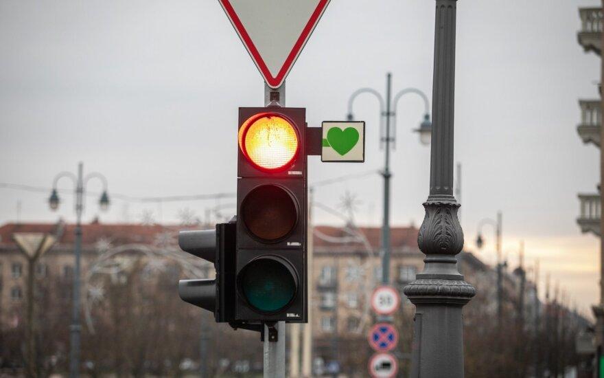 Žalių rodyklių pasiilgę vilniečiai nusprendė pašmaikštauti – pakabino žalias širdeles