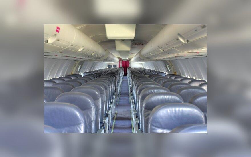Skrendančiame lėktuve – 30 cm skylė
