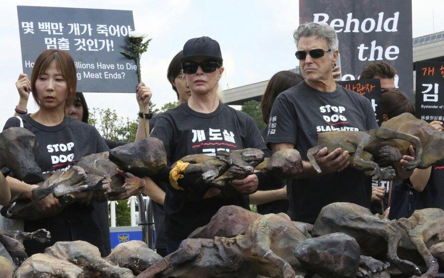 Protestuotojai laiko šunų kūnų manekenus