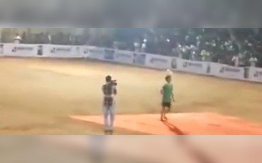 Per futbolo rungtynes Indijoje sugriuvo stadiono tribūna