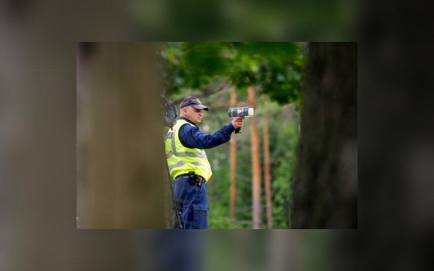 Latvių policininkams leista sėdėti su radarais krūmuose