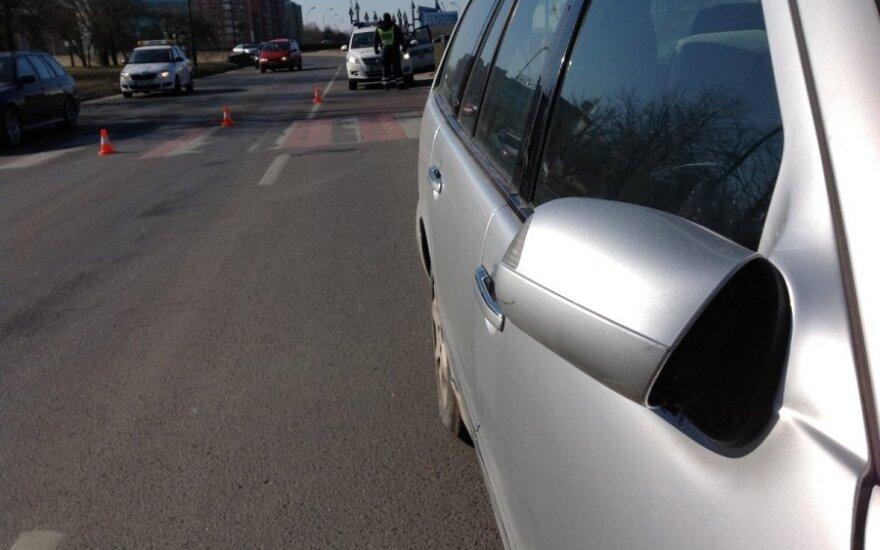 Garbaus amžiaus vairuotojas sužalojo šalikele ėjusį vaiką, jis išvežtas į Kauno klinikas