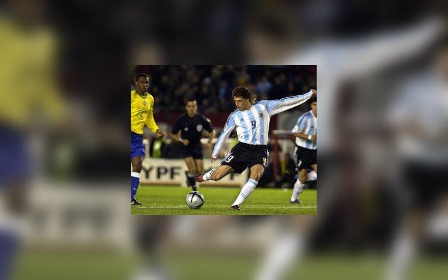 Argentinietis Hernanas Crespo muša įvartį į brazilų vartus