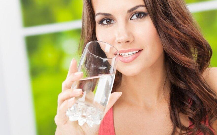 Mitybos specialistės patarimai: kaip teisingai gerti vandenį ir kiek jo reikia?