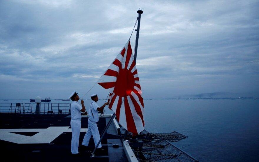 """""""Kylančios saulės"""" vėliava ant Japonų karo laivo"""
