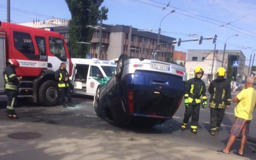 Kaune, sankryžoje, susidūrė automobiliai: viena mašina apvirto, sužaloti žmonės