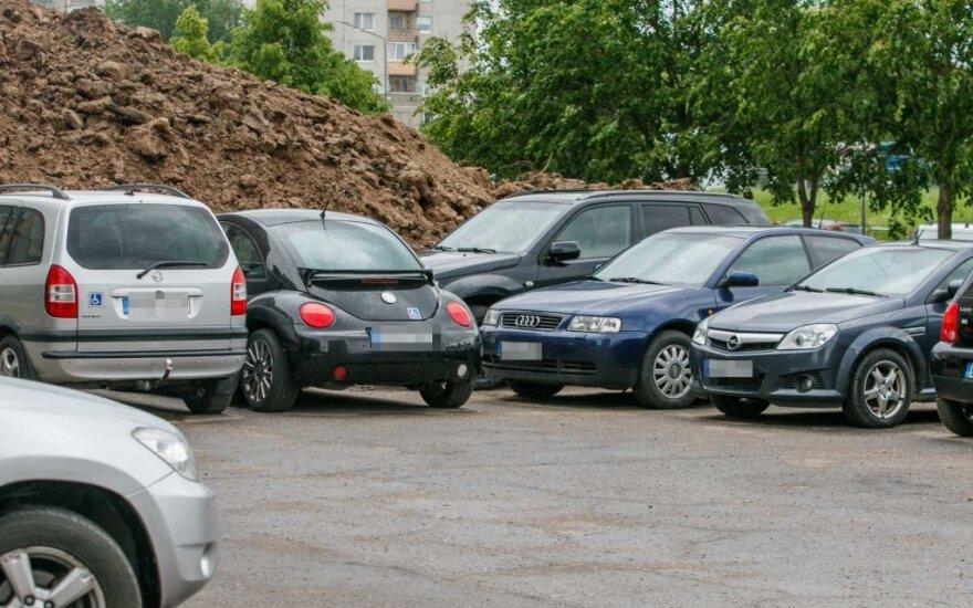 Automobiliai Baltų pr. 4 daugiabučio kieme, Kaune