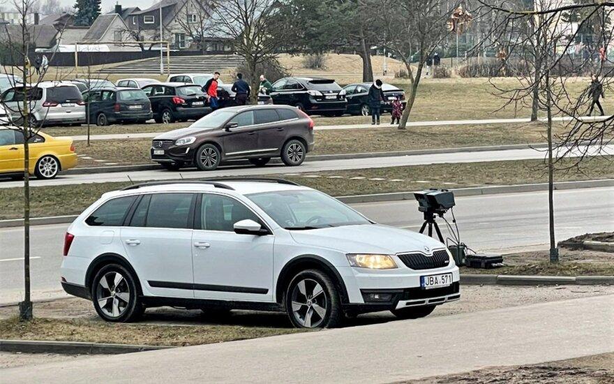 """""""Trikojį"""" pasistatęs nežymėtas policijos ekipažas nustebino: juk mašinoje jau yra pažeidimų fiksavimo įranga"""