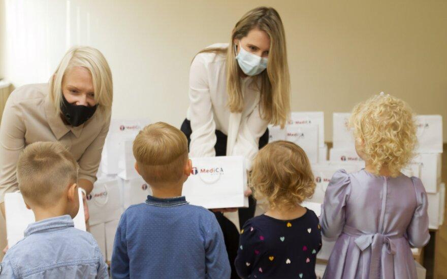 """""""MediCA klinika"""" aktyviai prisideda prie Naujamiesčio bendruomenės sveikatos palaikymo – lopšelio-darželio """"Šnekutis"""" vaikams dovanojo vaikiškų vitaminų"""