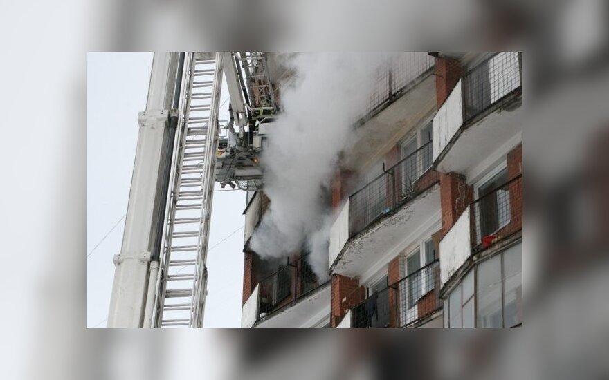 Per gaisrą Vilniaus daugiabutyje 2 žmonės apdegė, 1 apsinuodijo dūmais